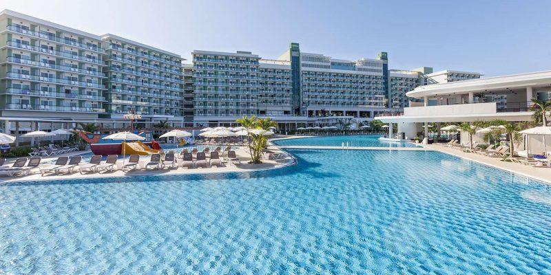 CUHMELINTE_VARA-TOP-melia-internacional-piscina-13093